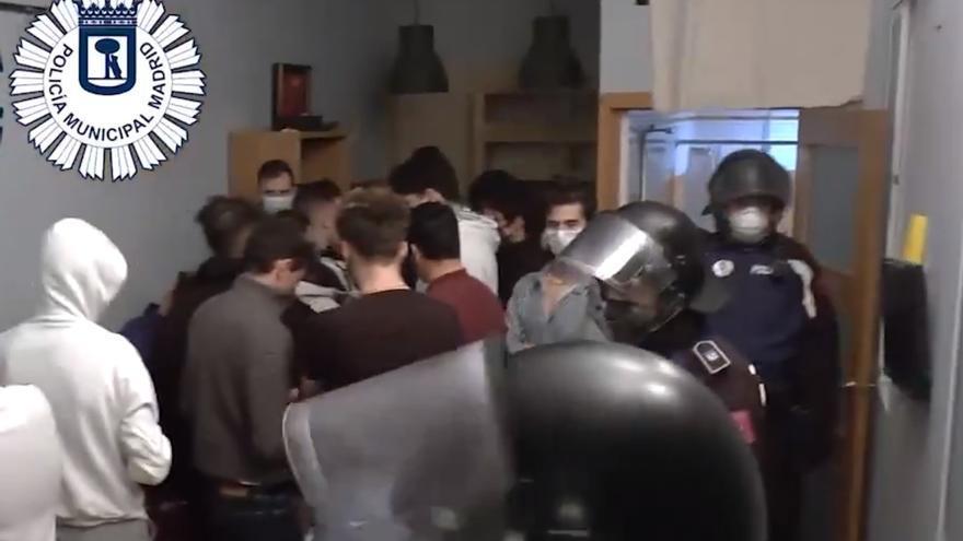 """Los que sufren fiestas ilegales en los pisos turísticos de Madrid: """"Vienen hasta con bola de discoteca"""""""