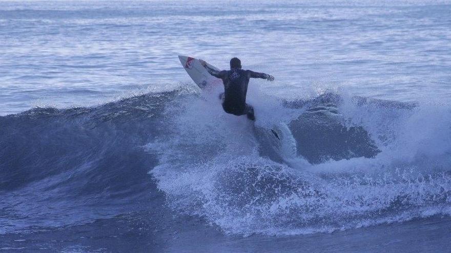 Imagen de un surfista. Foto facilitada por el Ayuntamiento de Tazacorte.