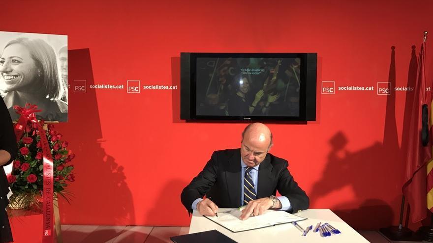 De Guindos firma en la sede del PSC el libro de condolencias por la muerte de Chacón