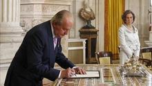 Juan Carlos de Borbón firma su despedida como rey de España