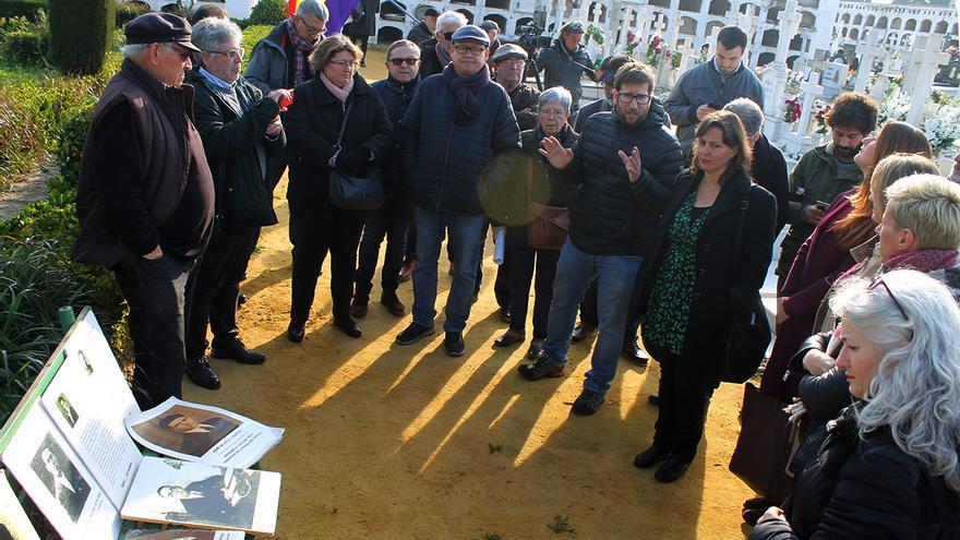 La delegación del Parlamento Europeo ante la fosa común donde están Blas Infante y un millar de víctimas de Franco. | JUAN MIGUEL BAQUERO