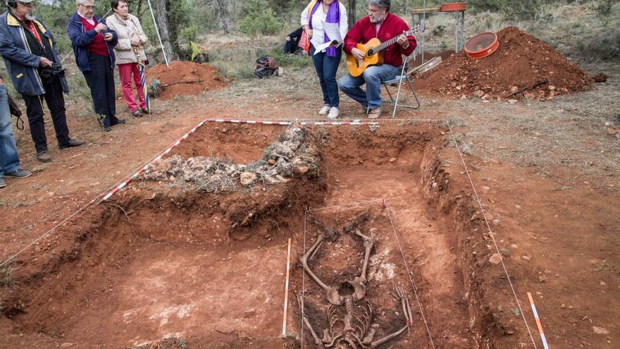 Homenaje junto a la fosa de Calatañazor. | ASRD