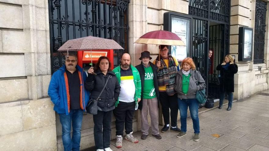 La PAH ha convocado a los vecinos de Santillana del Mar a que acudan el día 19 a evitar el desahucio.