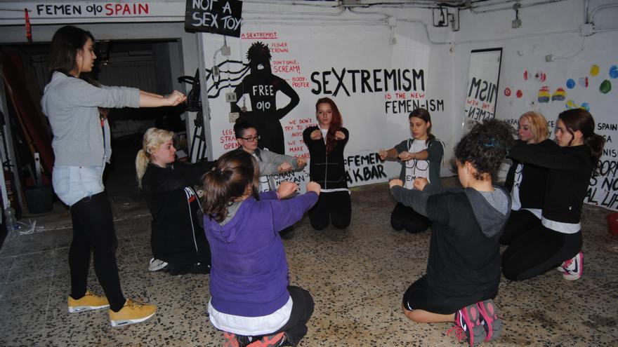 Parte del entrenamiento de las nuevas activistas de Femen en una jornada de formación en Madrid.