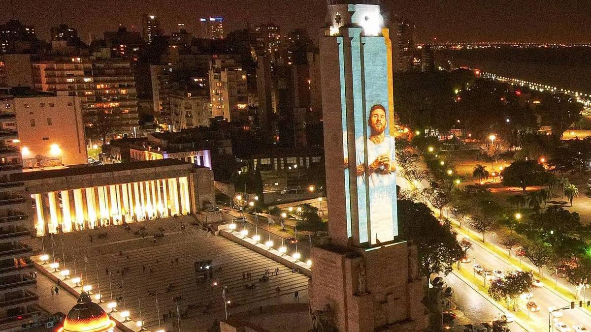El monumento a la bandera en Rosario iluminado con la imagen de Messi