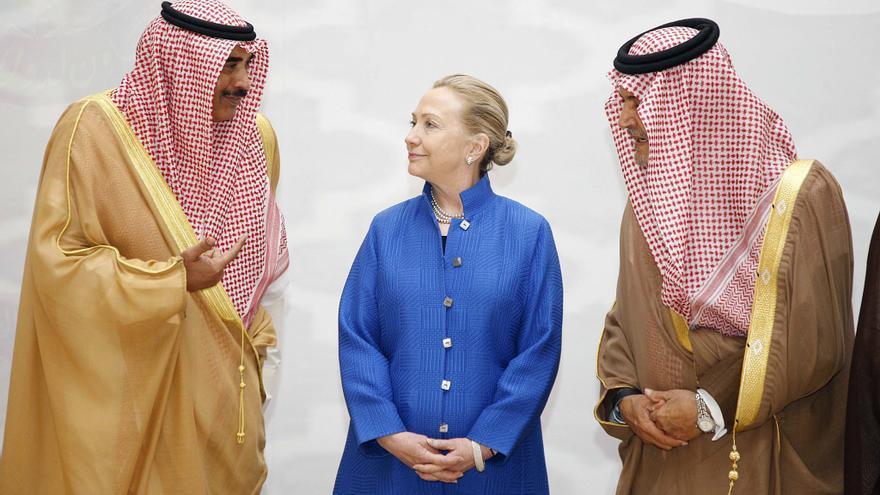 El ministro de Asuntos Exteriores de Kuwait, Sheikh Sabah Khalid Al-Hamad Al-Sabah (i), y el ministro de Asuntos Exteriores saudí, el príncipe Saud al-Faisal (d), hablan con Hillary Clinton (c),  la secretaria de Estado norteamericano, en marzo de 2012, cuando era secretaria de Estado.