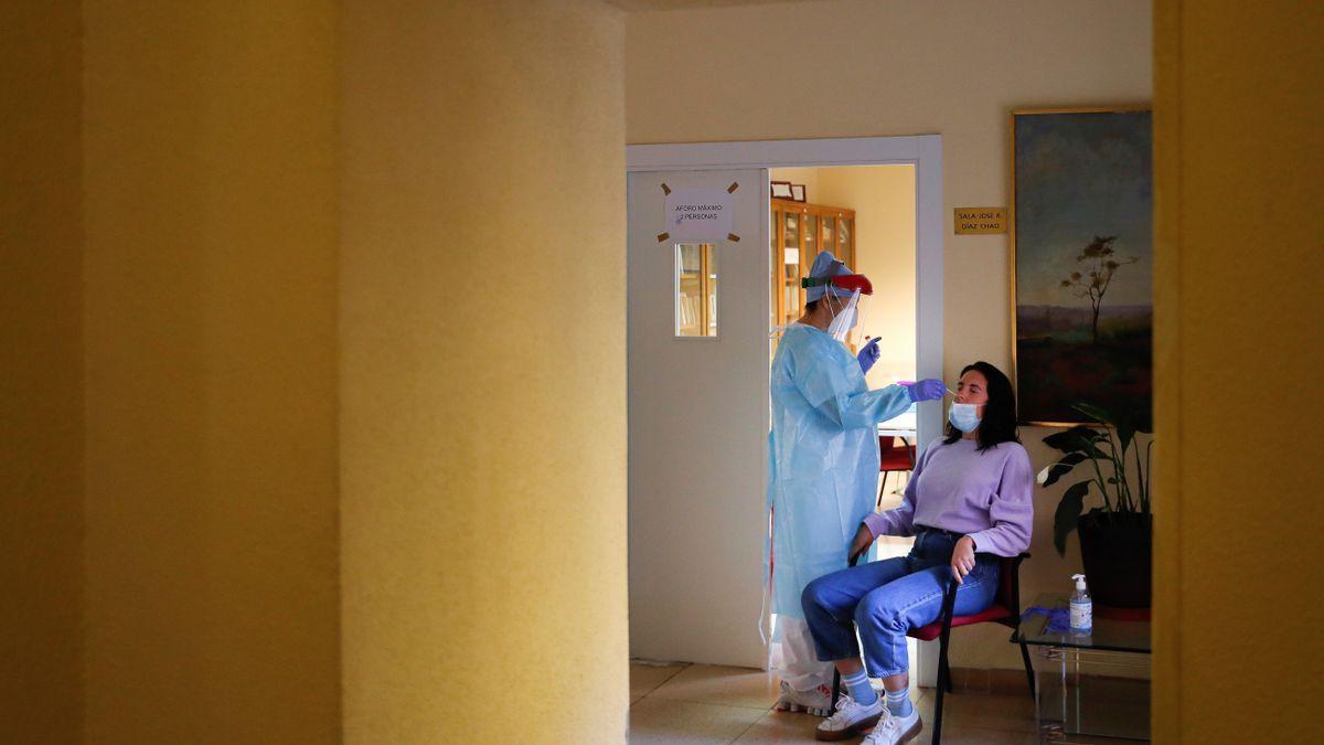 Personal sanitario realiza pruebas PCR
