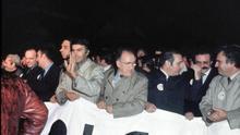 Imagen de la cabecera de la manifestación en defensa de la Constitución en respuesta al intento de golpe de Estado del 23-F.