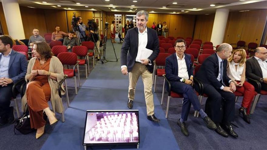 El presidente del Gobierno de Canarias, Fernando Clavijo, en la rueda de prensa que ofreció este lunes tras la reunión del consejo de gobierno. EFE/Elvira Urquijo A.