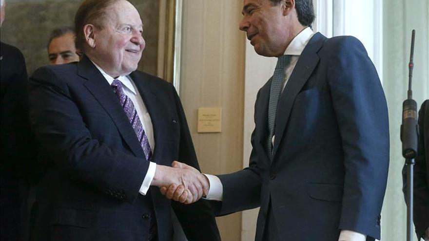 El presidente de la Comunidad de Madrid, Ignacio González (d), saluda al magnate estadounidense Sheldon Adelson. / Efe