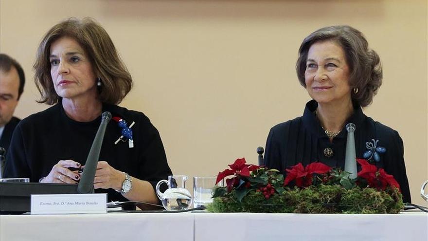 Doña Sofía entrega a Ana Botella un premio para la fundación que preside