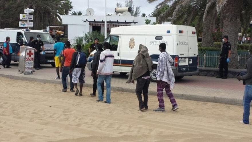 Momento del traslado de los inmigrantes llegados el pasado 5 de noviembre a la playa de Maspalomas.