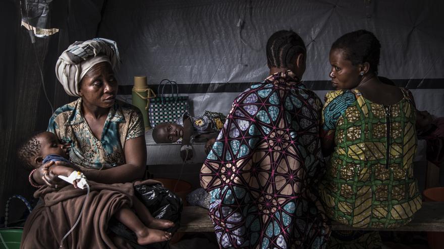 Un grupo de mujeres en el centro de tratamiento del cólera en Minova. Los médicos hacen un examen rápido y los pacientes suelen encontrarse en una etapa extrema de deshidratación.