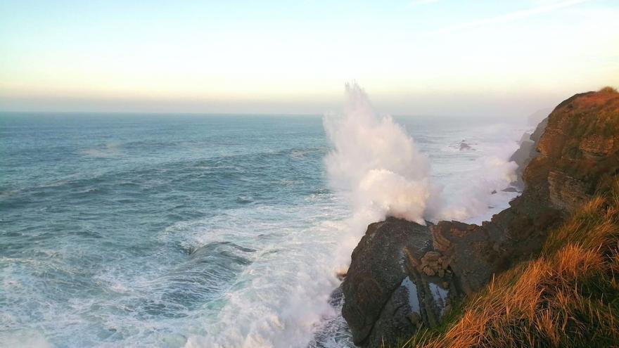 Las olas rozan los 6 metros de altura esta madrugada en la costa cántabra