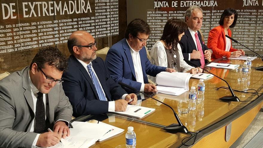 Firma del plan de autónomos, de izquierda a derecha, con Vara en el medio, los representantes de Aexta, OPA, ATA y CEAT Badajoz