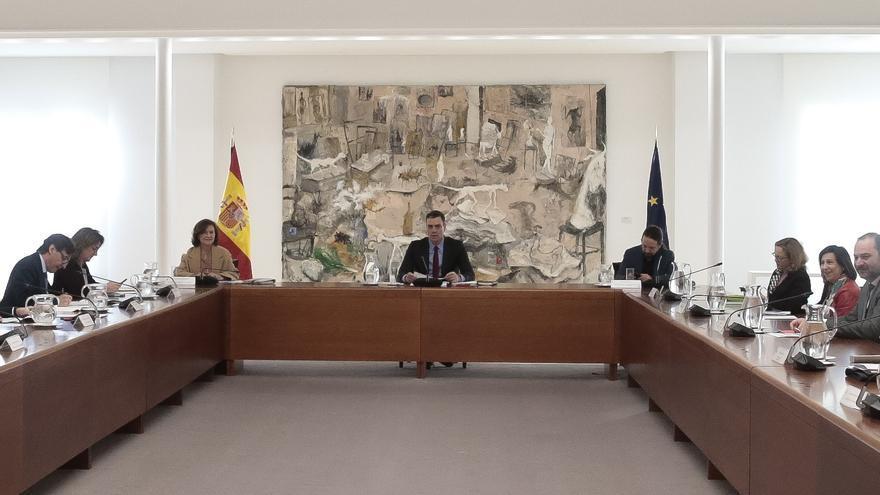 El presidente del Gobierno, Pedro Sánchez, flanqueado por los vicepresidentes Carmen Calvo y Pablo Iglesias, preside el comité de desescalada.