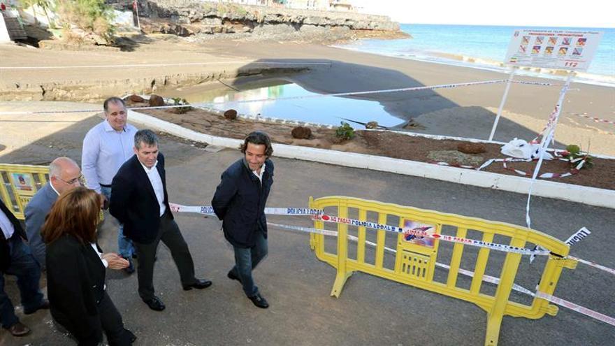 El presidente del Gobierno de Canarias, Fernando Clavijo (2d), y la alcaldesa de Telde, Carmen Hernández, visitan la zona de la playa de La Garita afectada por las lluvias torrenciales de los últimos días en la capital grancanaria. (EFE/Elvira Urquijo A)