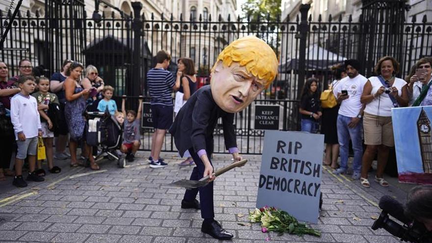 Más de un millón de británicos firman contra el cierre del parlamento