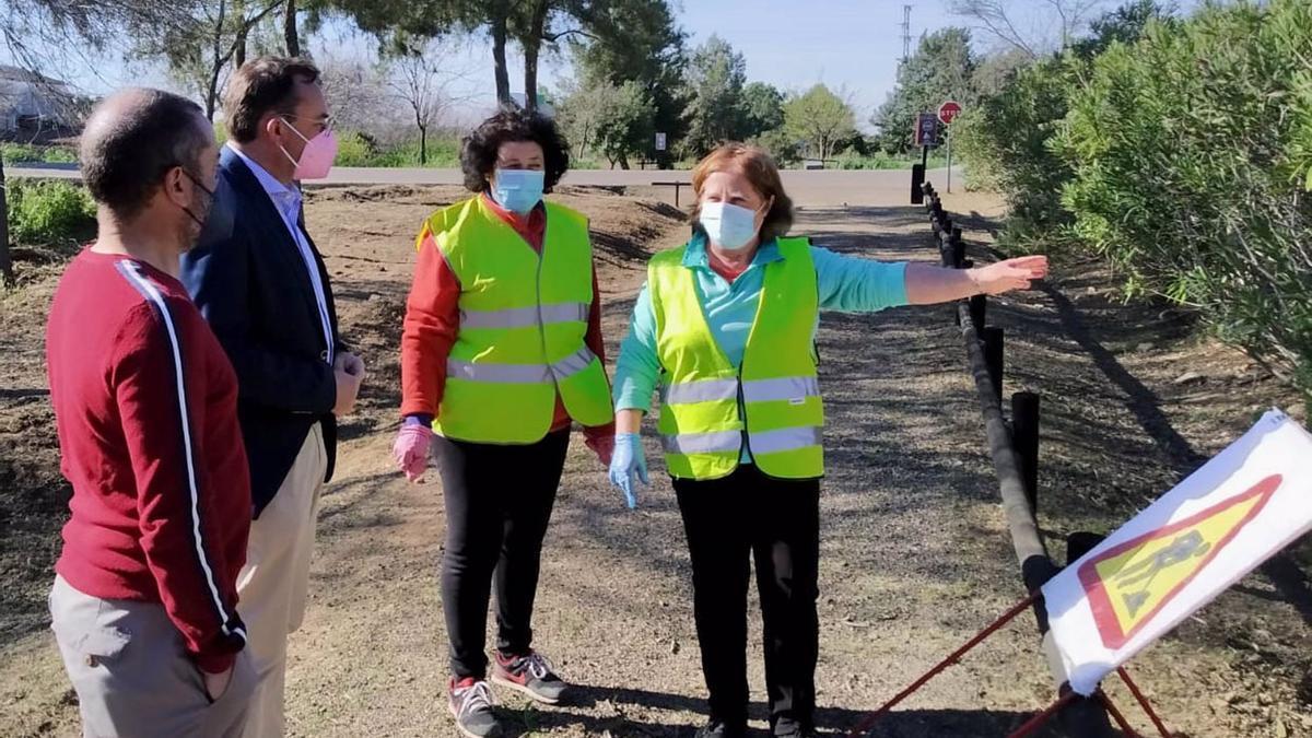 El delegado de Medio Natural y Carreteras de la Diputación, Francisco Palomares (segundo por la izda.), en una visita la Vía Verde de la Campiña.