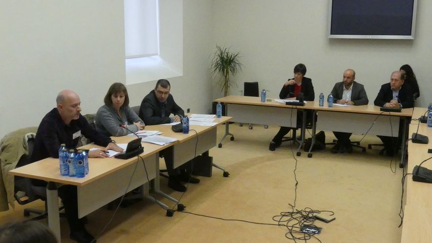 Pontón (BNG), Villares (En Marea) y Leiceaga (PSdeG) escuchan la intervención del familiar del hombre fallecido en A Estrada