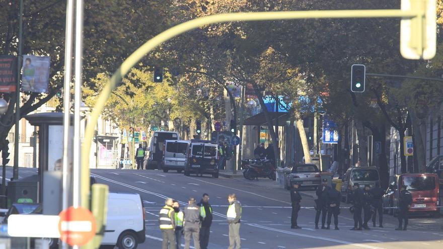 El PP estrena nueva puerta acristalada en su sede de 'Génova' un mes y medio después de que un hombre empotrase su coche