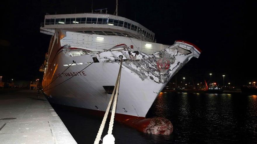 Así quedó el barco de Naviera Armas. EFE/Elvira Urquijo A.