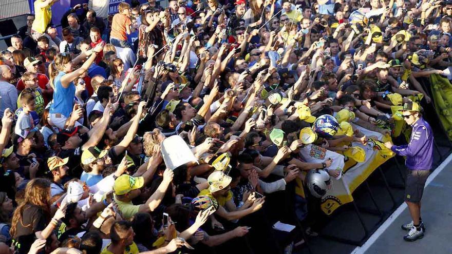 Gran cantidad de aficionados esperan y fotografían a Valentino Rossi en Cheste