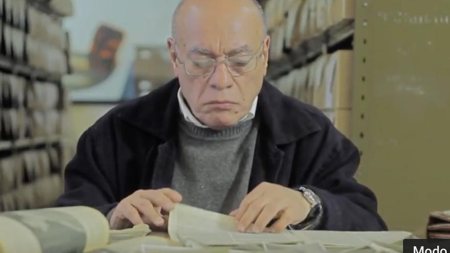 Basterra, en el Archivo Nacional, revisa la primera publcación en prensa de sus fotografías.