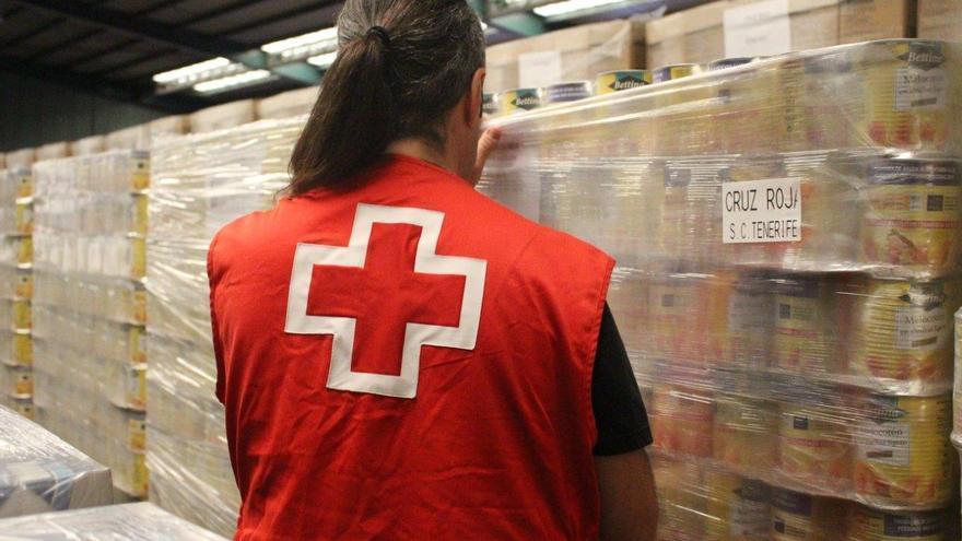 Un miembro de Cruz Roja en el almacén de alimentos.