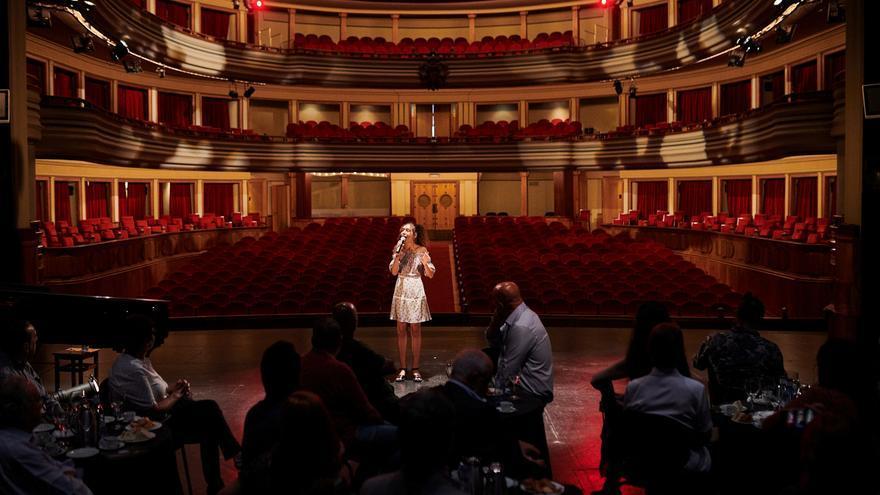 Actuación de Gabriela Suárez en la presentación de las 120 funciones que vivirá Gran Canaria en los próximos cuatro meses.