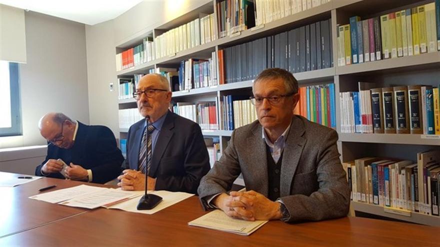 Josep Giner (a la derecha) durante la presentación de un informe sobre el caso Castor del Síndic de Greuges de Catalunya.
