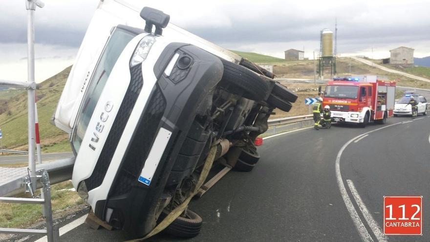 Vuelca un camión por el viento en la carretera N-629