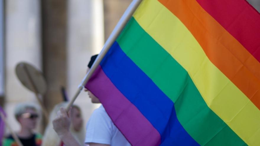 Una persona porta una bandera LGTBi