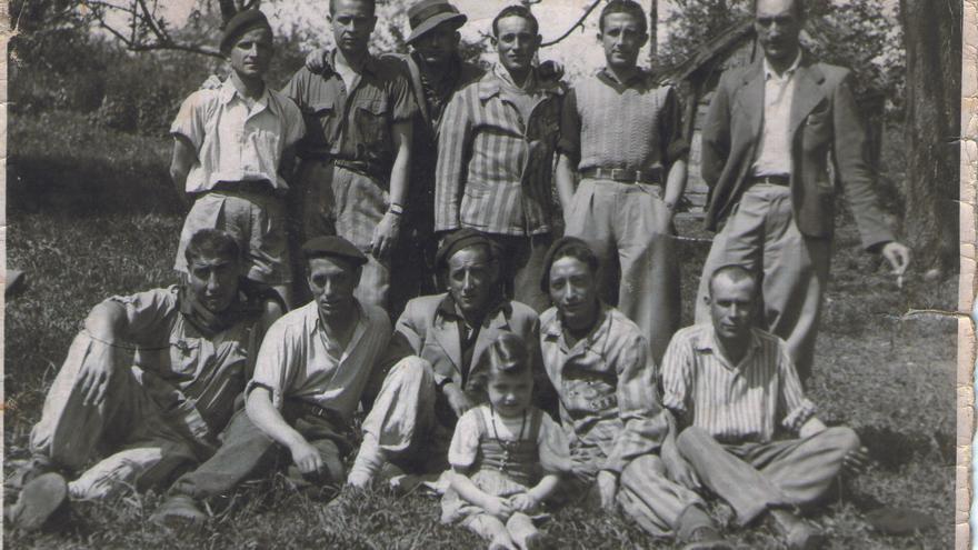 César Orquín, primero de pie por la derecha, junto a su 'kommando' dos días después de la liberación de Mauthausen.