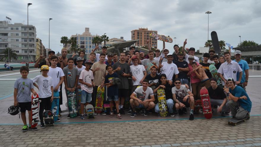 Varios de los patinadores que acudieron a una sesión lúdica de 'skateboarding' organizada por Papá Peralte en la Estación de Guaguas del Parque de San Telmo en Las Palmas de Gran Canaria, que acudieron a una sesión lúdica.