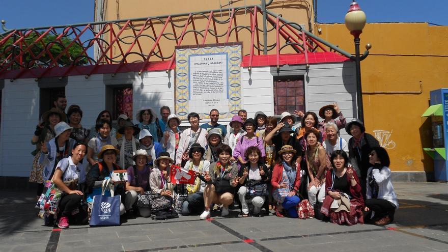 Grupo de japonesas en favor de la paz