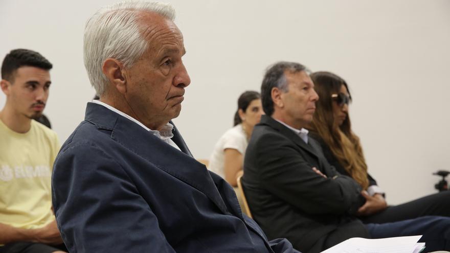 José Carlos Mauricio, con Juan Manuel Benítez del Rosario y Mayra Despagne al fondo. (ALEJANDRO RAMOS)