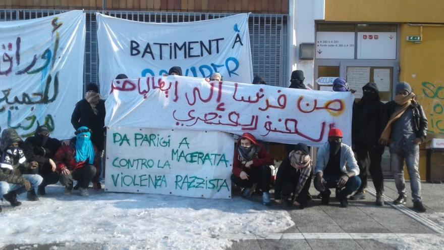 Un grupo de migrantes que ocupan la Universidad París 8 se solidarizan con las víctimas del tiroteo racista tiroteo racista en la ciudad italiana de Macerata. Foto: Twitter/ @ExileesOccupP8