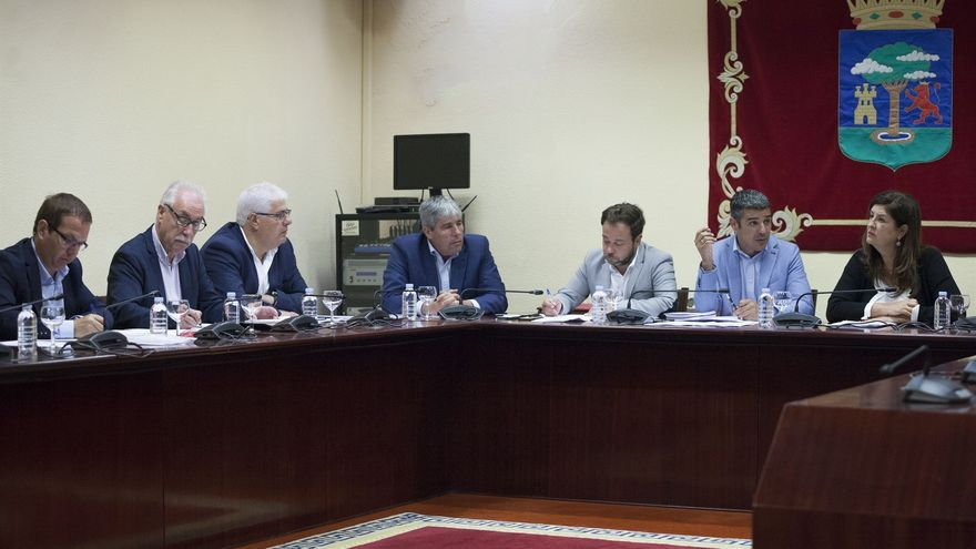 Momento de la reunión mantenida este viernes en la sede del Cabildo de El Hierro