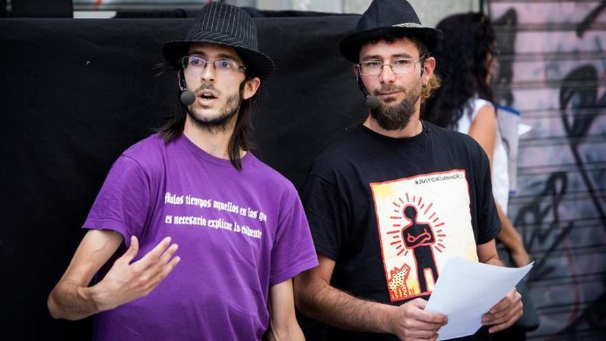 Los titiriteros Alfonso Lázaro de la Fuente y Raúl García.