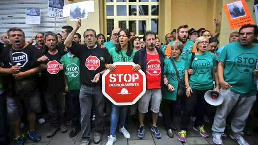 Representantes de diferentes plataformas concentrados para intentar paralizar un desahucio / @PAH_Valencia