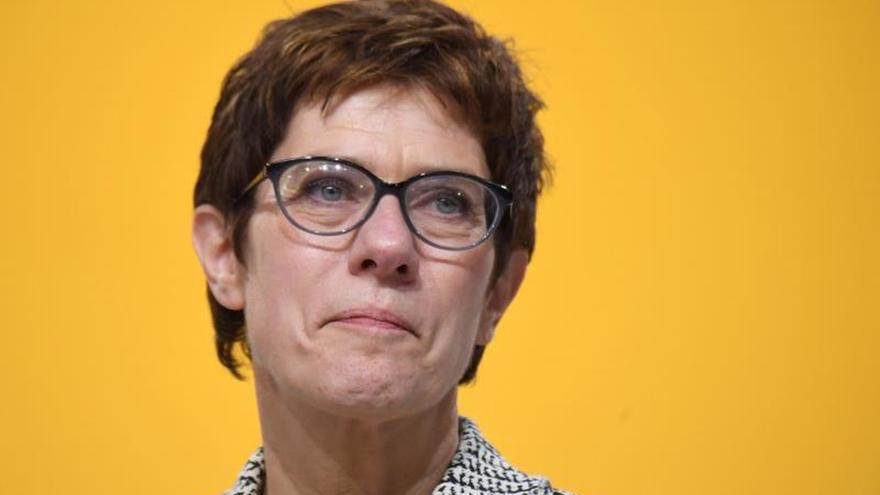 La centrista Kramp-Karrenbauer sucede a Merkel en la CDU por un mínimo margen