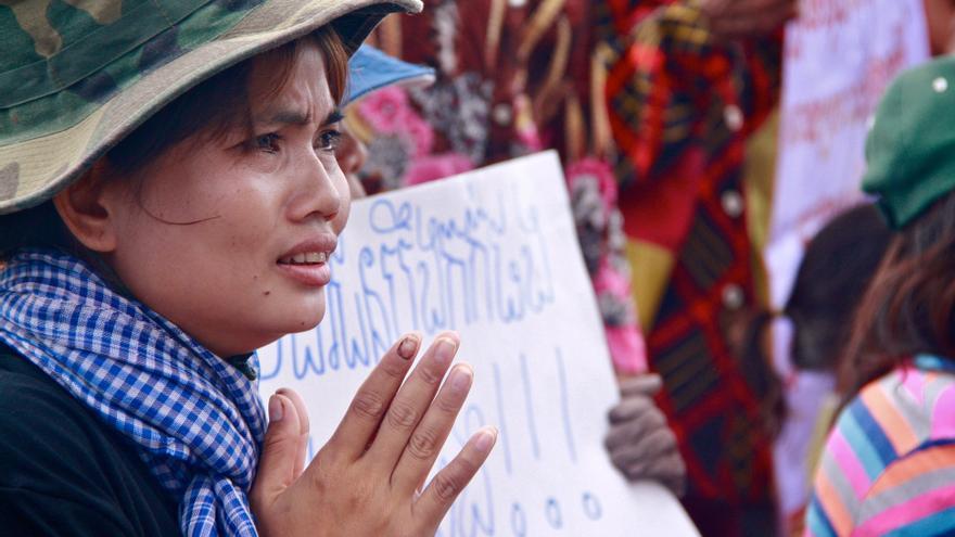 Yorm Bopha, 29, fue detenida en septiembre de 2012. Ha destacado en su defensa de los derechos de la comunidad del Lago Boeung Kak en Camboya © Jenny Holligan