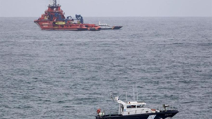 Rescatan a los cinco tripulantes de un pesquero hundido frente a Camariñas