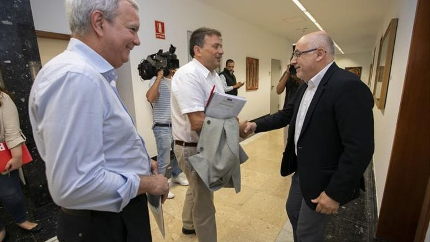 El presidente del Cabildo de Gran Canaria, Antonio Morales (NC) y los dirigentes del PSOE Luis Ibarra (c) y Chano Franquis (i). EFE/Quique Curbelo.