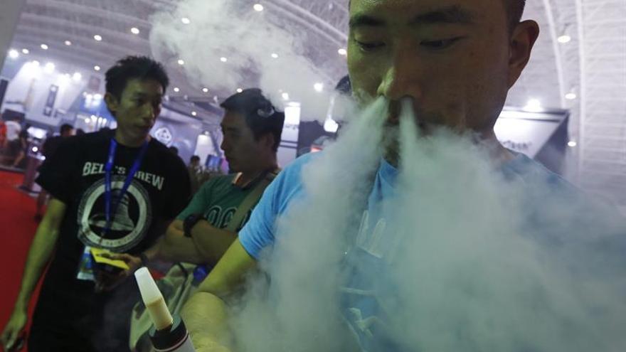 Reducir el daño a los fumadores, el controvertido plan ante el tabaquismo