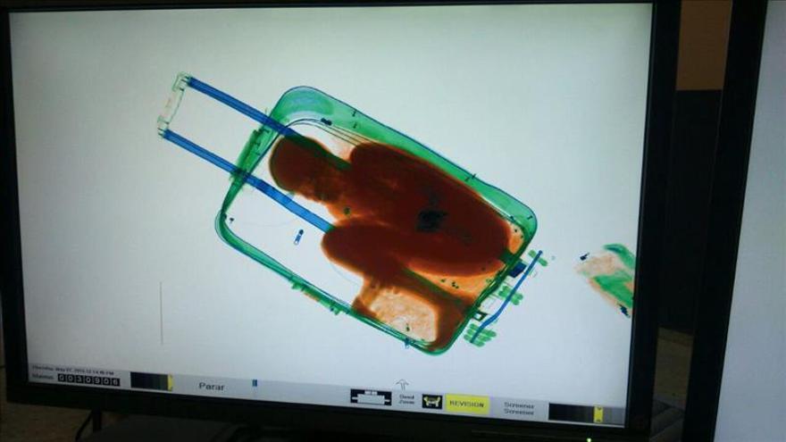 Rescatan a un niño inmigrante que cruzaba la frontera de Ceuta oculto en una maleta
