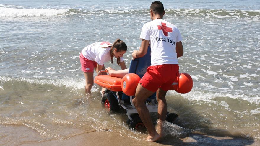 Cruz roja ofrece un servicio de baño adaptado en tres playas de la provincia de Las Palmas
