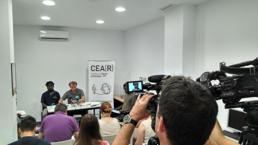 Jaume, portavoz de CEAR, junto a Konan, refugiado de Costa de Marfil