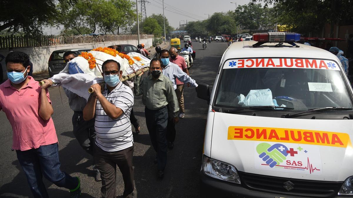 Personas portando un cadáver de un fallecido por COVID-19 en Nueva Delhi, India, uno de los lugares más golpeados por la pandemia actualmente